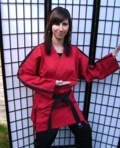 Budojacke / Karatejacke rot mit schwarzen Streifen