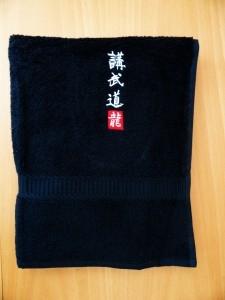 Handtuch schwarz bestickt Kobudo